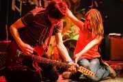 Octavio Vinck, guitarrista de The Paul Collins Beat con una espontánea, Freakland Festival, Ponferrada. 2006