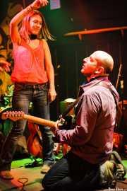 Paul Collins, cantante y guitarrista de The Paul Collins Beat con una espontánea, Freakland Festival, Ponferrada. 2006