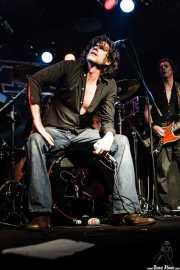 Tex Perkins -voz- y Brian Henry Hooper -bajo- de Beasts of Bourbon, Sala Tótem, Atarrabia (Villaba). 2006