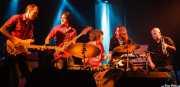"""David Krahe -guitarra-, Javi Vacas -bajo-, Antonio Álvarez """"Pax"""" -baterista sustituto-, Fernando Pardo -guitarra- y Óscar Ybarra -trompeta y percusión- de Los Coronas, Festival Rock & Roll Explosion, Haro. 2006"""