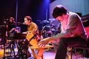 "Louise Sansom -voz-, Ferran Palau -guitarra, voz, teclado, samplers- y Miquel Plana ""Zuma"" -bajo- de Anímic (Bilborock, Bilbao, 2007)"