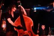 Rosie Westbrook -contrabao- y Thomas Wydler -batería- de Mick Harvey (Sala Azkena, Bilbao, 2007)