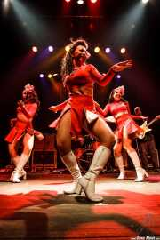 "Helen, Angie y Tara Pontani -baile burlesque- y Danny ""Daddy-O-Grande"" Amis -guitarra- de Los Straitjackets & Kaiser George & The Pontani Sisters, Kafe Antzokia, Bilbao. 2007"