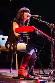 Sara Iñiguez, cantante, teclista y guitarrista de Rubia, Kafe Antzokia, Bilbao. 2007