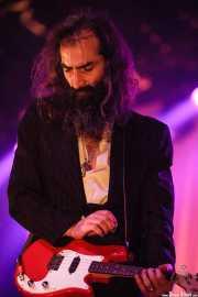 Warren Ellis, guitarrista de Nick Cave & The Bad Seeds; aquí con la Fender Mandocaster (Polideportivo Municipal José Antonio Gasca, Donostia / San Sebastián, 2008)
