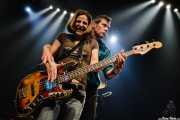 Ken Fox, bajista y cantante de The Fleshtones, dándole su bajo a una chica del público (, , 2008)