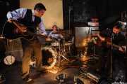Mark Sasso -guitarrista-, Stephen Pitkin -baterista- y Casey Laforet -guitarrista y bass pedal-, de Elliott Brood, El Balcón de la Lola, 2008