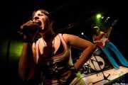 Pili -voz- y María Manoli -bajo- de Las Jennys de Arroyoculebro (Sala Azkena, Bilbao, 2008)
