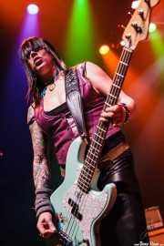 Karen Cuda, bajista de Nashville Pussy (Kafe Antzokia, Bilbao, 2009)