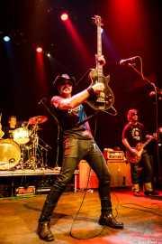 """Eddie Spaghetti -voz, bajo y guitarra-, Scott """"Scottzilla"""" Churilla -batería- y Dan """"Thunder"""" Bolton -guitarra y bajo- de Supersuckers (Kafe Antzokia, Bilbao, 2009)"""