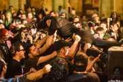 Morfi Grei, cantante de La Banda Trapera del Río, haciendo crowd surfing (Plaza Nueva, Bilbao, 2009)