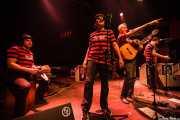 Unai I. Yarritu -cajón-, Juanjo Ibarra -voz-, Santiago Delgado -voz y guitarra-, Igor Martínez -voz- de Santiago Delgado y los Runaway Lovers, Kafe Antzokia, Bilbao. 2009