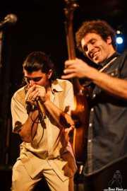 Marcos Coll -armónica- y Adrián Costa -guitarra y voz- de Los Reyes del KO, Hell Dorado, Vitoria-Gasteiz. 2009
