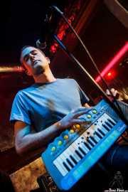 Jon Manzisidor, guitarrista, cantante, multiinstrumentista de Gora Japón, El Balcón de la Lola, Bilbao. 2009
