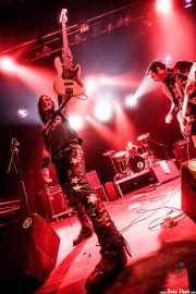Billy Velvet -bajo-, Mike Irwin -batería- y Scotty P -voz y guitarra- de Crank County Daredevils (Kafe Antzokia, Bilbao, 2010)