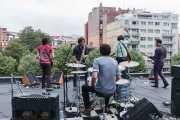 Joseba Irazoki -guitarra-, Joe González -saxo-, Natxo Beltrán -batería-, Rober! -voz, guitarra, teclado- y Cabezafuego -bajo y teclado- de Atom Rhumba (The Yard, Bilbao, 2010)