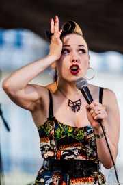 Imelda May, cantante y bodhrán, Azkena Rock Festival. 2010