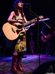 Sara Íñiguez, cantante y guitarrista de Rubia (, , 2003)