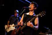 Lulu Gargiulo -voz y guitarra- y Jim Sangster -bajo- de The Fastbacks Tribute Variety Show (Tractor Tavern, Seattle, 2010)