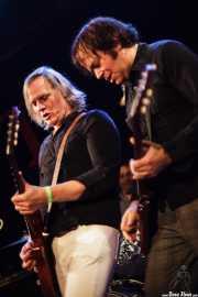 "Eddie ""King"" Roeser -voz y guitarra- y Kurt Bloch -guitarra- de The Fastbacks Tribute Variety Show (Tractor Tavern, Seattle, 2010)"