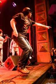 Mike Farris -voz y guitarra- y Ann McCrary -voz corista- de Mike Farris & the Roseland Rhythm Revue, Kafe Antzokia, Bilbao. 2010