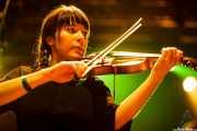 Loreto García, violinista, cantante y percusionista de Hola A Todo El Mundo (Santana 27, Bilbao, 2010)