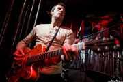 Paco Luis Martos, washtub bass, bajista y guitarrista de Guadalupe Plata (18/12/2010)