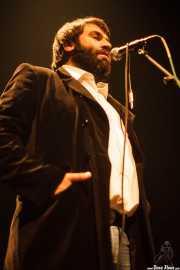 "Izaro ""Elvis Caíno"", cantante espontáneo con Atom Rhumba (Kafe Antzokia, Bilbao, 2010)"