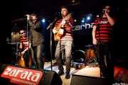 Gorka Mirantes -cajón-, Juanjo Ibarra -cantante-, Santiago Delgado -guitarrista y cantante-, e Igor Martínez -cantante- de Santiago Delgado y los Runaway Lovers, Sala Azkena, Bilbao. 2011