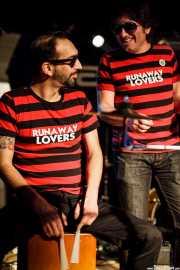 Gorka Mirantes -cajón- y Juanjo Ibarra -cantante- de Santiago Delgado y los Runaway Lovers, Sala Azkena, Bilbao. 2011