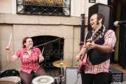 """Antonio """"Greasy"""" -voz y guitarra- y Maria """"Grizzly"""" -batería- de Greasy & Grizzly (Biribay Jazz Club, Logroño, 2011)"""