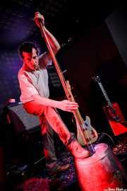 Paco Luis Martos, washtub bass, bajista y guitarrista de Guadalupe Plata (09/04/2011)