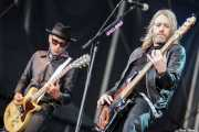 Mike Dimkich -guitarra- y Chris Wyse -bajo- de The Cult (Azkena Rock Festival, Vitoria-Gasteiz, 2011)