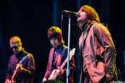 Andy Bell -guitarra-, Jeff Wootton -bajo- y Liam Gallagher -voz- de Beady Eye (Bilbao BBK Live, Bilbao, 2011)