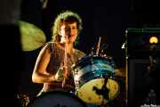 Régine Chassagne, cantante, baterista, acordeonista y hurdy gurdy de Arcade Fire (Explanada del museo Guggenheim, Bilbao, 2011)