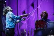 William Butler -teclado- y Richard Reed Parry -guitarra- de Arcade Fire, aquí dándole a la percusión (Explanada del museo Guggenheim, Bilbao, 2011)