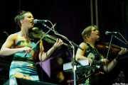 Sarah Neufeld -teclado y violín- y Marika Anthony-Shaw, -violín- Arcade Fire (Explanada del museo Guggenheim, Bilbao, 2011)