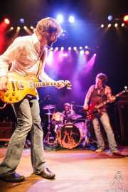 Jeff Massey -voz y guitarra-, Joe Winters -batería- y Tod Bowers -bajo- de The Steepwater Band (Kafe Antzokia, Bilbao, 2011)