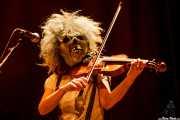 Nerea Alberdi Etxebarría, violinista de Dr. Maha's Miracle Tonic con máscara (26/11/2011)