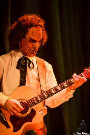 Borja, guitarrista de Dr. Maha's Miracle Tonic con máscara (26/11/2011)
