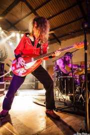 Toody Cole -cantante y bajista- y Kelly Halliburton -baterista- de Pierced Arrows, Barreiro Rocks. 2011