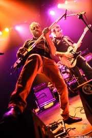 Juanjo Arias -guitarra-, David Hono -voz y guitarra- y Mariana Pérez Abendaño -batería- de Sonic Trash, Kafe Antzokia, Bilbao. 2012