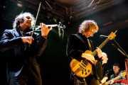 Mike Scott -voz, guitarra y teclado- y Steve Wickham -violín-. Marc Arciero -bajo- y James Hallawell -teclado- de The Waterboys (Santana 27, Bilbao, 2012)