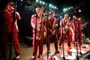 "Cesc Miró -trompetista-, Pere Miró -saxofonista-, Ignasi Poch -saxofonista-, ""Big"" Dani Pérez -saxofonista- y Agustí Burriel -cantante- de The Big Jamboree, Jimmy Jazz Gasteiz. 2012"