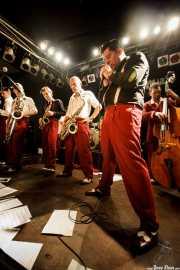"Cesc Miró -trompetista-, Pere Miró -saxofonista-, Ignasi Poch -saxofonista- y ""Big"" Dani Pérez -saxofonista-, Agustí Burriel -cantante- y Juan Ramón Vega -contabajista- de The Big Jamboree, Jimmy Jazz Gasteiz. 2012"