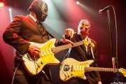 Eddie Angel -guitarra- y Greg Townson -guitarra- de Los Straitjackets & Big Sandy & The Pontani Sisters, Kafe Antzokia, Bilbao. 2012