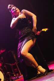 Angie Pontani, bailarina burlesque de Los Straitjackets & Big Sandy & The Pontani Sisters, Kafe Antzokia, Bilbao. 2012