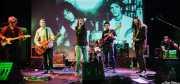 Juanjo Espizua -guitarra y armónica-, Carlos Beltrán -guitarra-, Mati -voz y guitarra-, Andoni Etxebeste -batería-, Roper -bajo-, Txus Alday -guitarra- e Ibon Rodríguez -harmonium- de Mati and The Kozmic Guests (Teatro Campos, Bilbao, 2013)