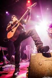 Alain Llopart, guitarrista y banjista de Dead Bronco, Kafe Antzokia. 2013