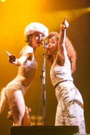 Kim Manning y Kendra Foster, cantantes de George Clinton's Parliament Funkadelic, Stade Aguiléra. 2013